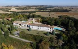 Dans un site superbe avec des vues inoubliables, une grande propriété familiale avec piscine, tennis, parc ...