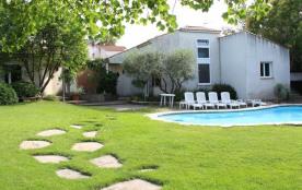 Villa confortable et calme avec piscine dans un jardin paysagé