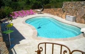 Confortable villa avec piscine privée pour 8 à 10 personnes, située à proximité de Porto-Vecchio.
