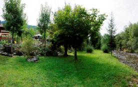 Une vue panoramique de la propriété avec accès à la rivière (le Fier)