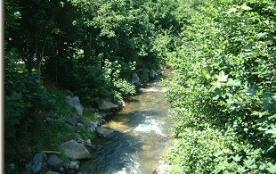 riviere qui traverse le camping
