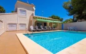 Belle villa située à Moraira, dans une région collineuse et résidentielle.