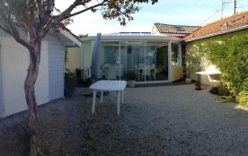 Le jardin et la maison (l'entrée se fait par la véranda)