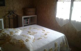 chambre principale lit double, lit et chaise bébé