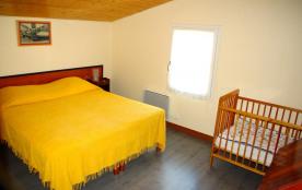 La chambre avec le lit de bébé
