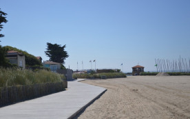 La promenade en bois en haut de la plage
