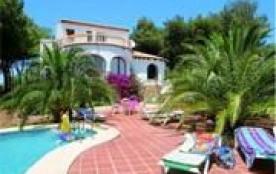 Villa composé de 2 étages, située dans une région boisée avec jolie vue sur la mer et la côte.