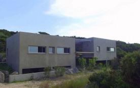 Villa de style contemporain divisée en trois éléments, avec une petite vue sur le golfe de Sant'A...
