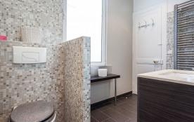 Salle d'eau, toilettes , radiateur séchant
