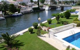 Très bel appartement dans résidence pourvue d'une piscine et d'un jardin.