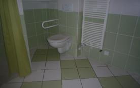 la salle de bains du rez-de-chaussée a une douche à l'italienne