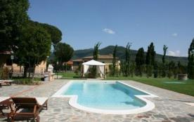Belle villa située à 1 km du village médiéval de Castiglion Fiorentino ; vaste jardin de 6000 m² ...