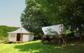Campements westerns, tipi indien et chariot cow boy , la prairie de maguy