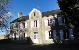 Gîtes de France - Ancien presbytère avec cour et jardin clos de murs.