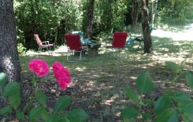 Le coin farniente du jardin sous les arbres