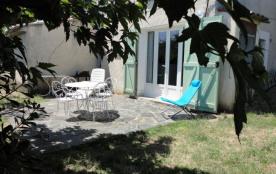Partie de la maison du propriétaire mitoyenne à un autre gîte n° 914, terrasse, terrain, salon de...