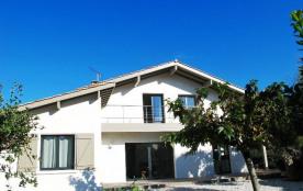 Agréable villa sise sur jardin clos dans quartier calme à environ 400 m de l'océan et lac marin, ...