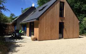 la maison en bois avec des volets bleus