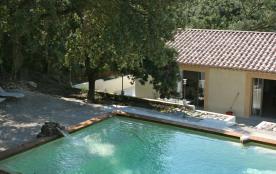 UZES(7min) La Maison des Songes , 3 ch, climatisée, piscine, terrasse,jardin, à deux pas de la forêt, calme et sérénité.