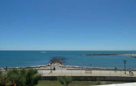 Le Grand Large (J9), Avenue Maurice Challe. Face à la mer, au premier étage située à proximité de...