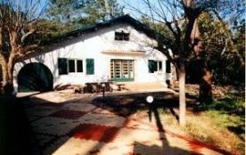 Villa (années 50) rénovée en 1997 sise/terrain boisé 1200 m² à proximité immédiate du centre, 100...