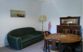 4 personnes maximum. Appartement refait à neuf dans maison de village. 1er étage.