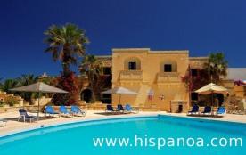 """Situé au cœur de la campagne de Gozo (île jumelle de Malte), ce """"Village"""" construit dans un style..."""