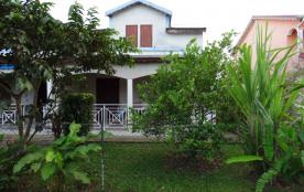 Belle maison de vacances idéale pour la famille ou pour deux couples. 80 mètres carrés pour vous détendre.