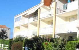 Dans résidence de vacances avec piscine et parking commun, à 250 m de la plage du casino et des c...