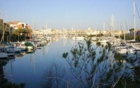 Sur l'île des Marinas, agréable appartement 4 à 6 couchages avec belle vue port.