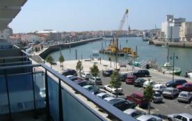 Avec une belle vue sur le port de pêche