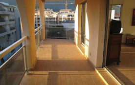 A deux pas du centre ville, du port et des plages, au 4ème étage d'une résidence sécurisée avec a...