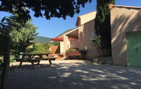 Terrasse plein sud  70 M2 table bois  extérieur