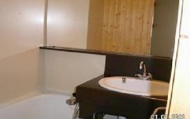 salle de bain , lavabo et baignoire