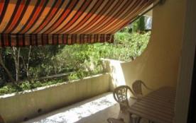 Dans une résidence de standing avec piscine, située à 400 m de la plage. Appartement de type stud...