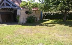 jardin a l'arriere de la maison et son garage voiture