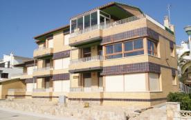 Appartement bien équipé et ensoleillé d'une capacité pour 5 personnes, en rez-de-chaussée, terrasse avec belle vue su...