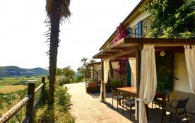 La terrasse devant les maisons avec les pergolas d'ombre