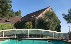 La piscine chauffée par son abris bas
