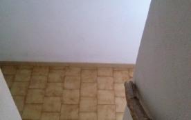 Escalier pour accès aux toilettes et à la salle de bain