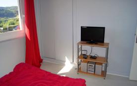 chambre 1 équipée d'une TV + chaîne-hifi