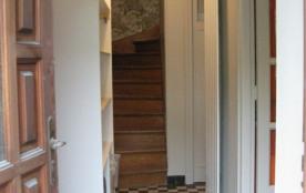 entree principale sur couloir,avec patère et meuble