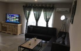 Salon avec double tables et TV 140cm