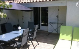 Terrasse ensoleillée avec vue sur vignoble