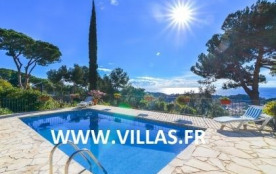 Grande villa de style rustique et profitant d'une piscine privée et d'une superbe vue sur la mer.