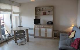 Appartement situé au quatrième étage de la résidence avec ascenseur proche de la plage. Cet appar...