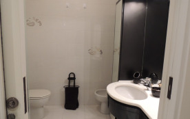 Salle de bain spacieuse, cabine douche, wc et bidet.