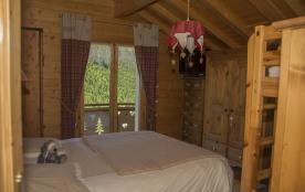 chambre avec lit double plus 2 lits superposé