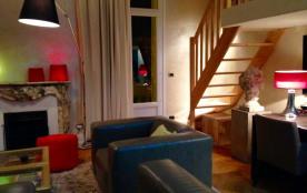 le salon un soir et escalier donnant dans  la chambre mezzanine 2 lits simples