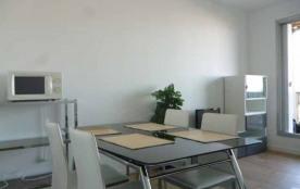 Dans résidence située à 50 m² de la plage - Appartement 2 pièces au troisième étage avec ascenseur.